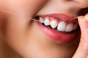 Cómo se emplea la seda de dientes
