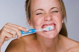 Cepillado de dientes fuerte