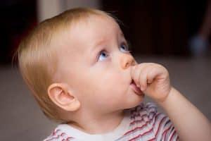 Niños se chupan el dedo pulgar