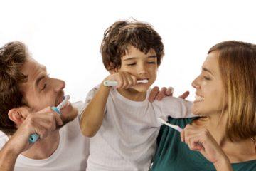 Padres enseñan higiene bucodental a hijos