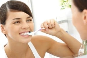 Lavarse los dientes con ortodoncia