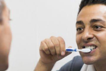 Limpiar una prótesis dental en casa