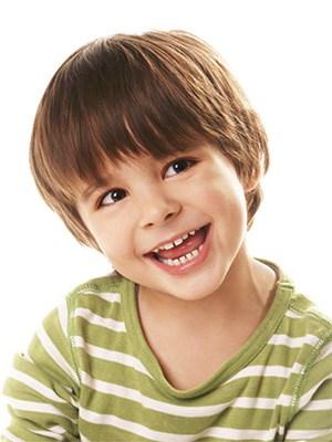 Niño con huecos entre los dientes