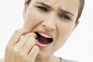 Mujer con dolor al masticar