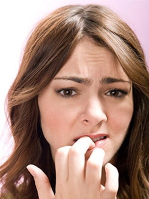Mujer preocupada por un tratamiento dental