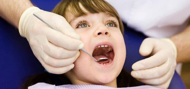 Niña en un dentista